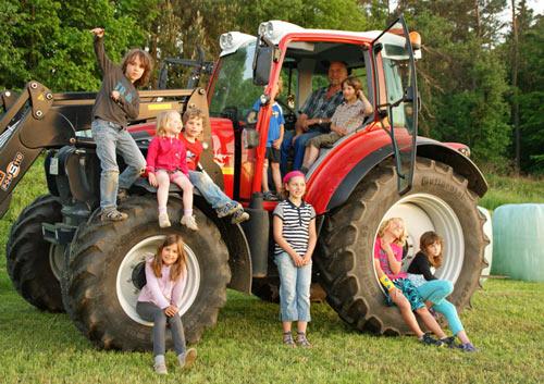Klettergerüst Traktor : Kinder: bauernhofurlaub mit leuchtenden augen